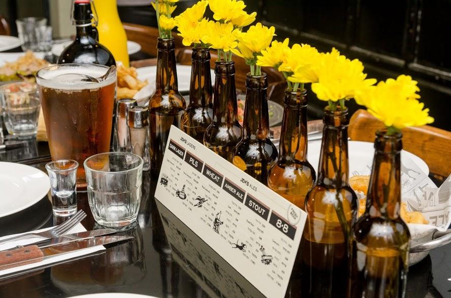 סידור פרחים בבקבוקי בירה, מבשלת ג'מס פתח תקווה